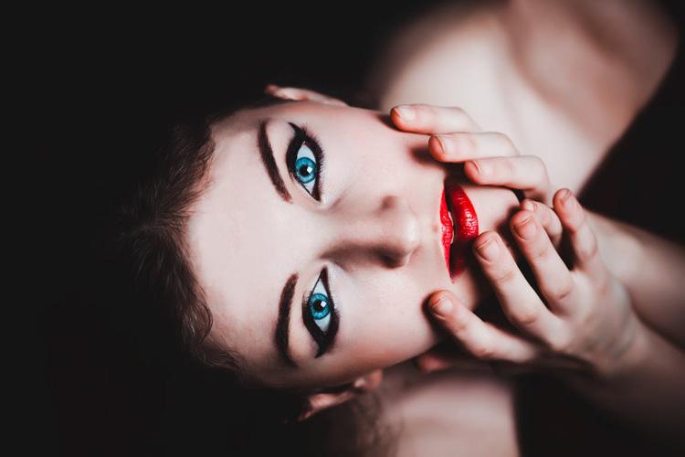Come truccare gli occhi azzurri: i 5 tips per non sbagliare
