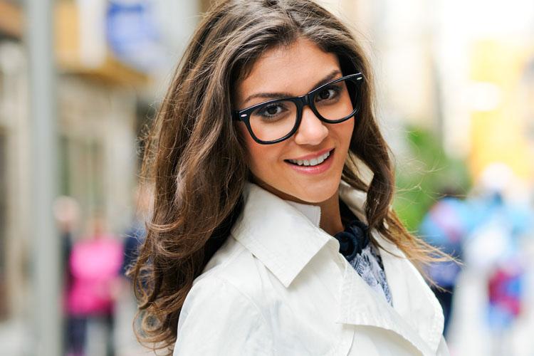 Miopi, astigmatiche o presbiti: il trucco per chi porta gli occhiali in 6 tips