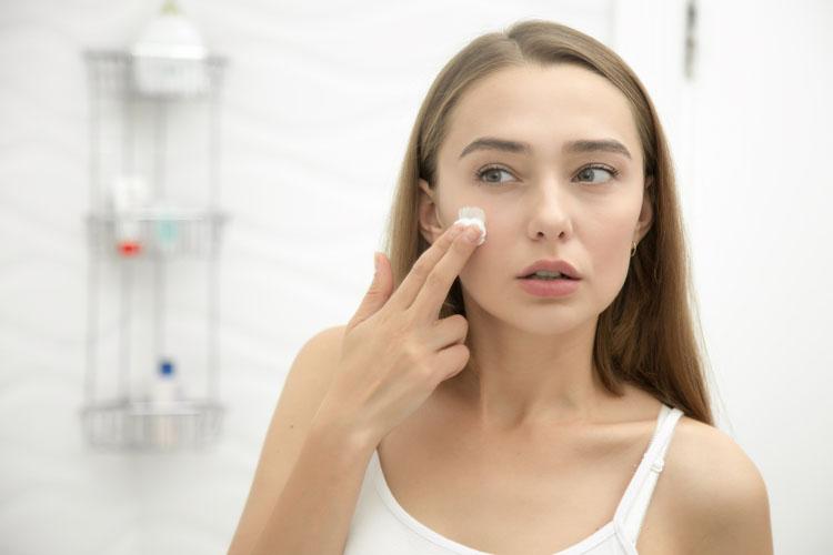 Punti neri e untuosità addio: ecco la perfetta skin care per la pelle grassa