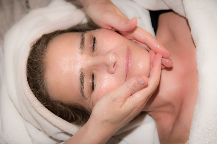 Beauty routine contro i segni del tempo: la skin care per pelli mature