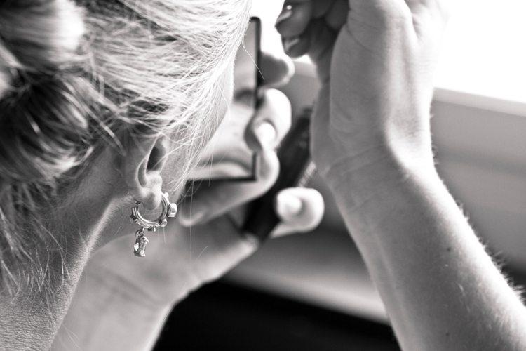 Nascondere le rughe con il trucco: 4 semplici gesti per mascherare i segni del tempo
