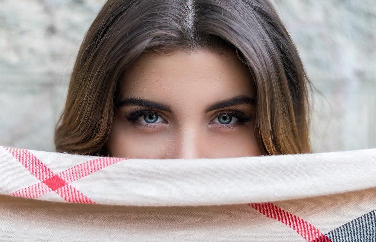 Come rendere folte le sopracciglia: 5 consigli per un risultato perfetto