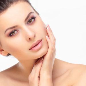 Fondotinta stick: ecco le caratteristiche del cosmetico, come applicarlo e un prodotto consigliato