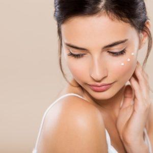 Prodotti idratanti per il viso: creme, siero e gel contorno occhi per una cute nutrita e splendente