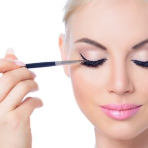 I mille usi del pennello angolato: sopracciglia, eyeliner, ombretto e fard